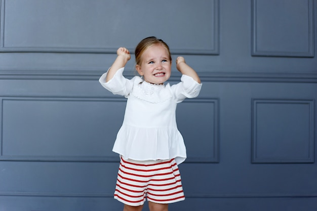 Portret sfrustrowanej dziewczynki trzyma ręce w górze