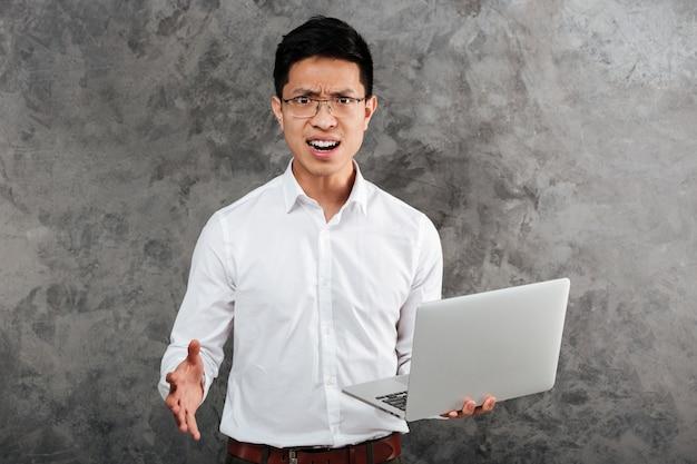 Portret sfrustrowany młody mężczyzna azji