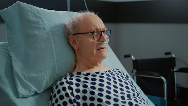Portret siedzącego pacjenta z ciężkimi problemami z oddychaniem