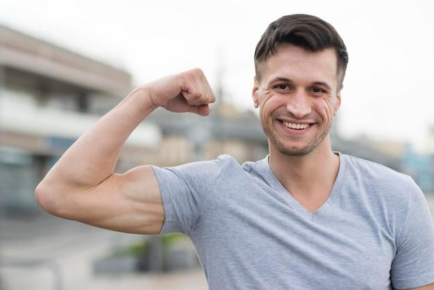 Portret silnego człowieka uśmiecha się