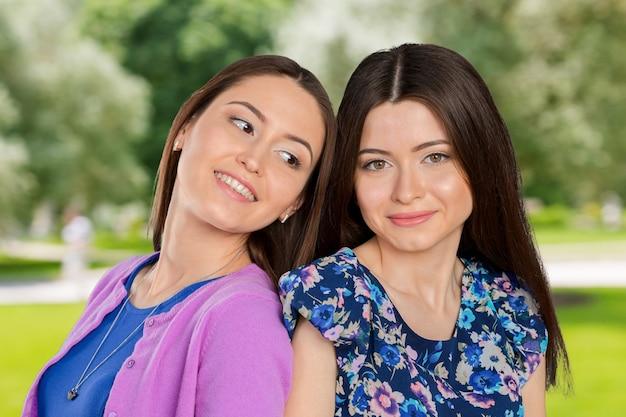 Portret sióstr/przyjaciół rasy mieszanej młodych dorosłych