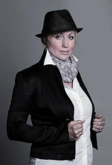 Portret skandalicznej kobiety w czarnym kapeluszu