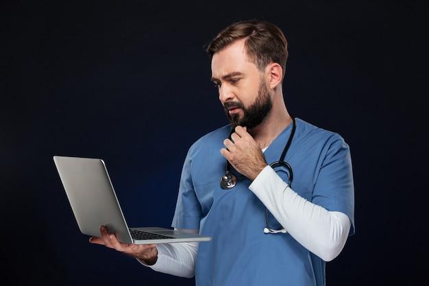 Portret skoncentrowanego lekarza płci męskiej
