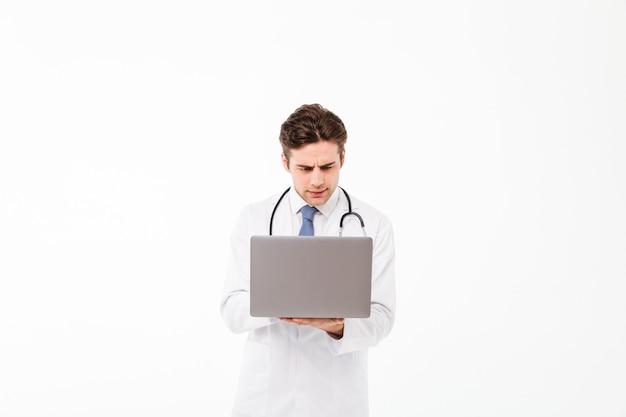 Portret skoncentrowanego młodego lekarza płci męskiej
