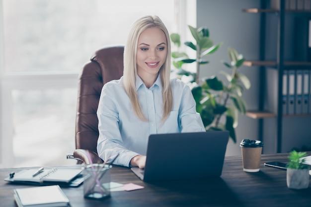 Portret skoncentrowanego profesjonalnego ubezpieczenia finansowego dziewczyny w miejscu pracy w pomieszczeniu