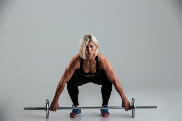Portret skoncentrowanej mięśniowej dorosłej sportsmenki