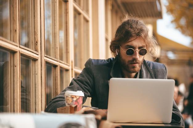 Portret skoncentrowany brodaty mężczyzna w słuchawkach