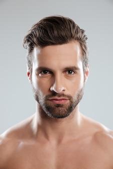 Portret skoncentrowany młody brodaty mężczyzna
