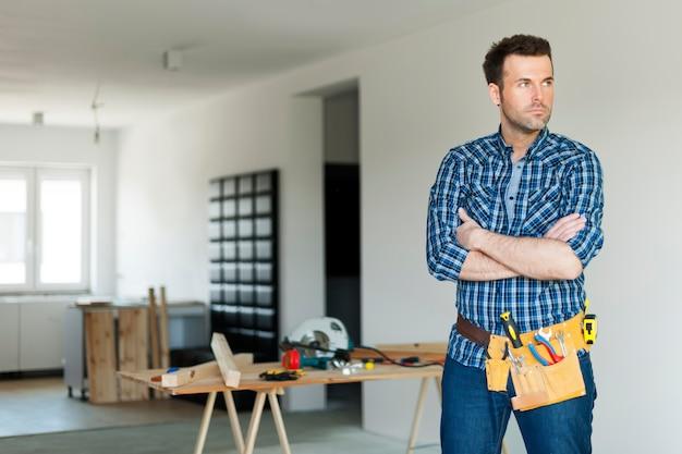 Portret skupiony pracownik budowlany