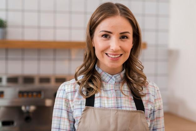 Portret śliczna barista dziewczyna