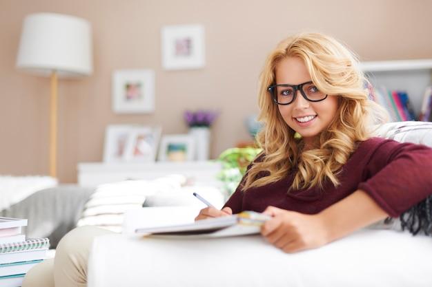 Portret śliczna blondynka robi pracę domową