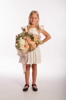 Portret śliczna blondynka w białej sukni z pięknym prezentem bukiet