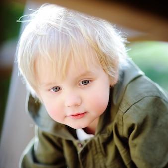 Portret śliczna chłopiec na boisku