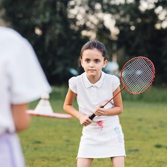 Portret śliczna dziewczyna bawić się badminton