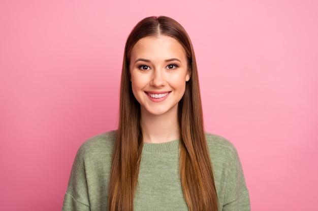 Portret śliczna dziewczyna nosić sweter na różowym tle