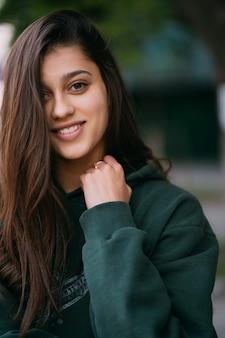 Portret śliczna dziewczyna z długie włosy