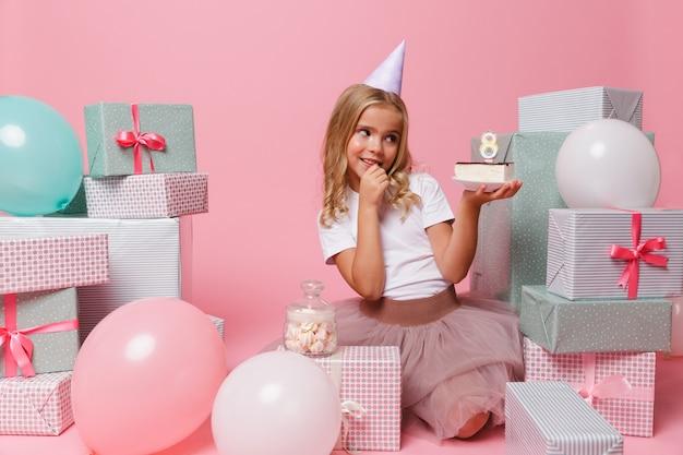 Portret śliczna ładna mała dziewczynka w urodzinowym kapeluszu