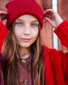 Portret śliczna mała dziewczynka o niebieskich oczach