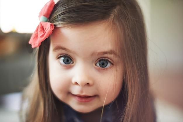 Portret śliczna mała dziewczynka z dużymi oczami