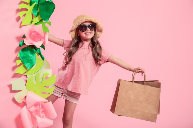 Portret śliczna mała dziewczynka z torbą na zakupy
