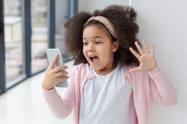 Portret śliczna mała dziewczynka zaskakująca kreskówki