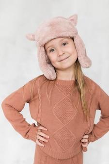 Portret śliczna małej dziewczynki zima ubierająca