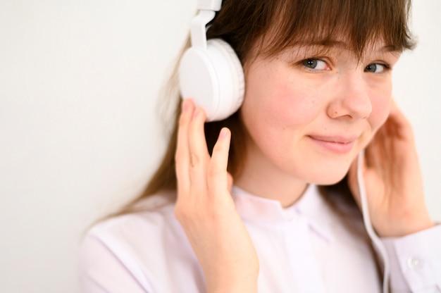 Portret śliczna młoda dziewczyna słucha muzyka