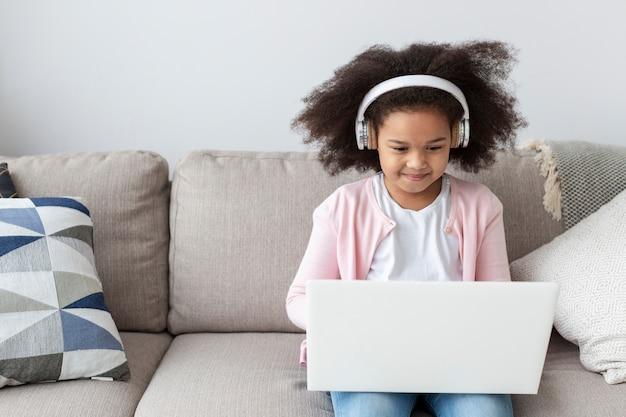 Portret śliczna młoda dziewczyna używa laptop