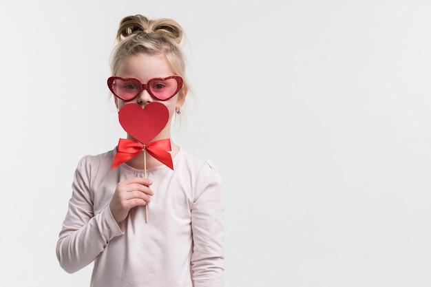 Portret śliczna młoda dziewczyna z okularami przeciwsłonecznymi