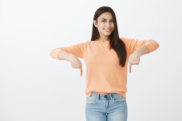 Portret śliczna opalona brunetka w ubranie