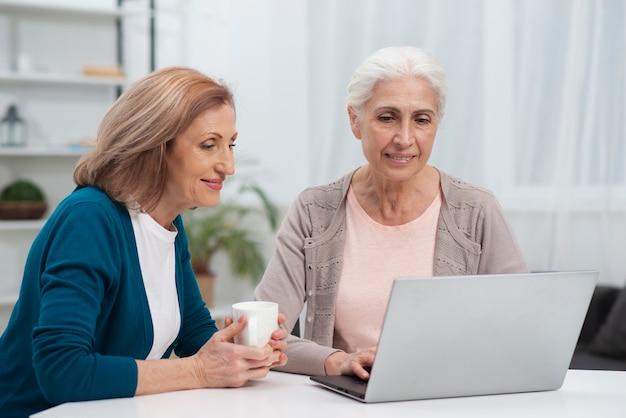 Portret śliczne kobiety patrzeje laptop