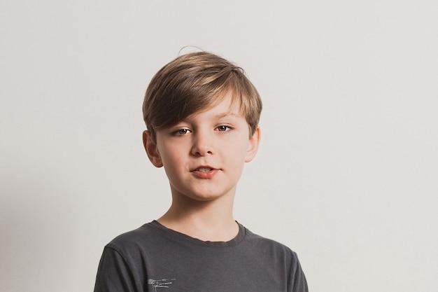Portret ślicznego chłopca mówi coś