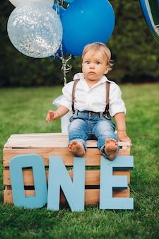 Portret ślicznego chłopca w stylowych ubraniach obchodzi dziś urodziny