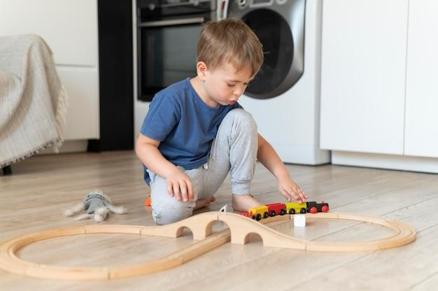 Portret ślicznego małego chłopca w domu