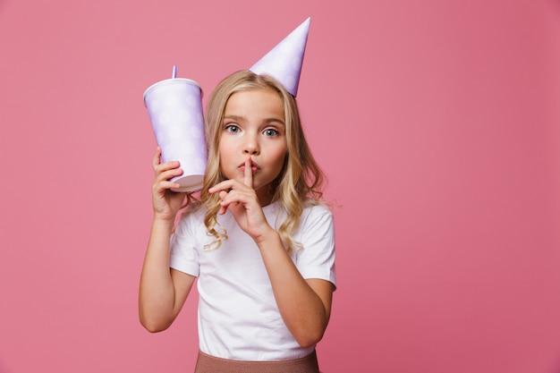 Portret ślicznej małej dziewczynki w urodzinowym kapeluszu