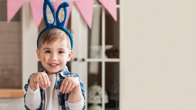 Portret śliczny chłopiec ono uśmiecha się