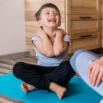 Portret śliczny chłopiec śmiać się