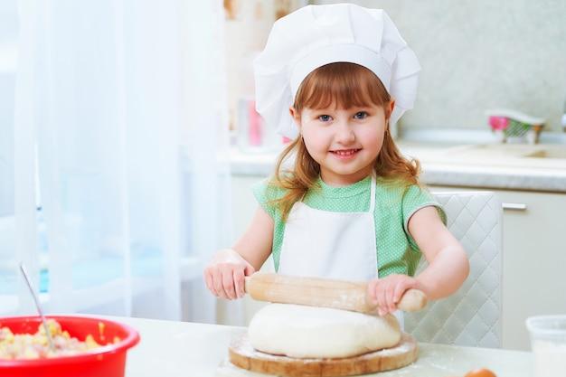 Portret śliczny dziecko szefa kuchni szczęścia śmiać się