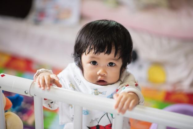 Portret śliczny dziecko w żywym pokoju
