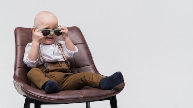 Portret śliczny dziecko z okularami przeciwsłonecznymi