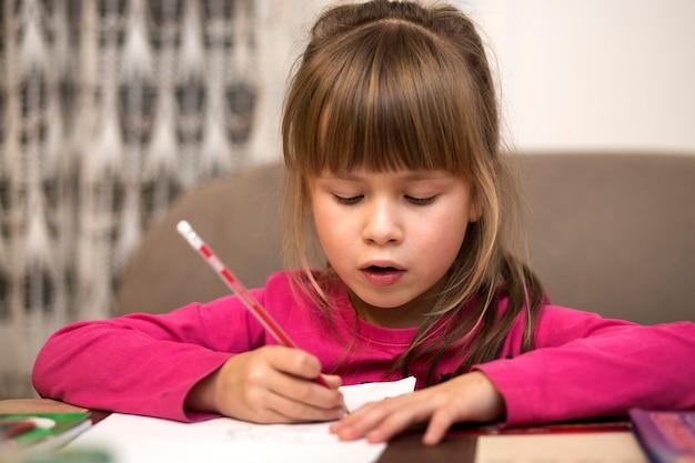 Portret śliczny ładny mały poważny dziecko dziewczyny rysunek z ołówkiem na papierze