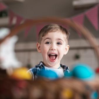 Portret śliczny mały chłopiec śmia się