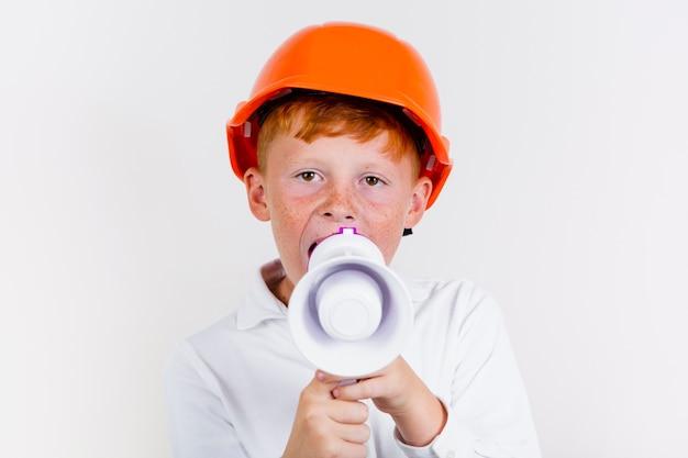 Portret śliczny młode dziecko z hełmem