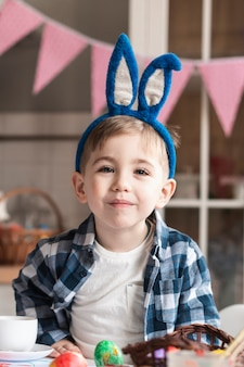 Portret śliczny młody chłopiec ono uśmiecha się