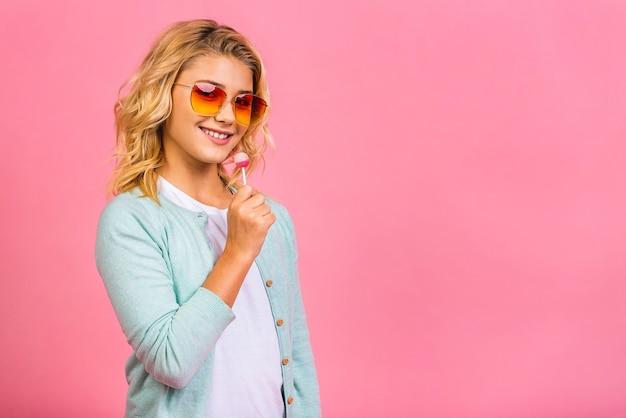 Portret słodkie młode małe dziecko dziewczynka jedzenie lizaka cukierki