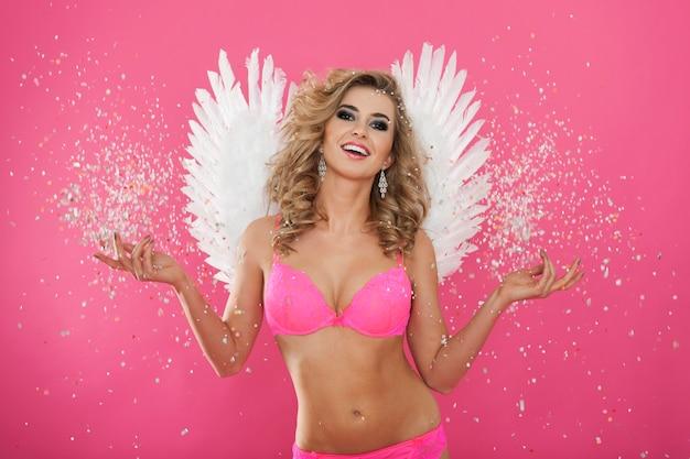 Portret słodkiego i seksownego anioła