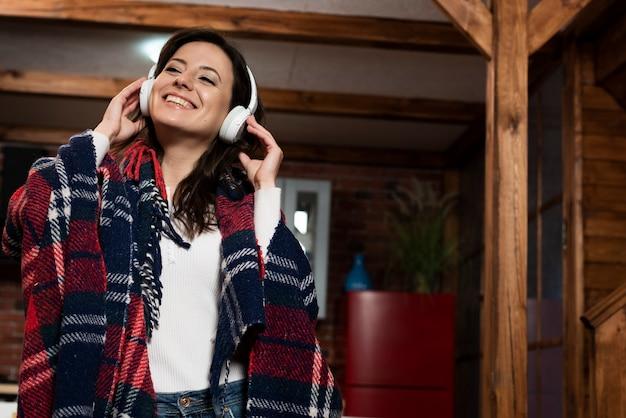 Portret słucha muzyka młody człowiek