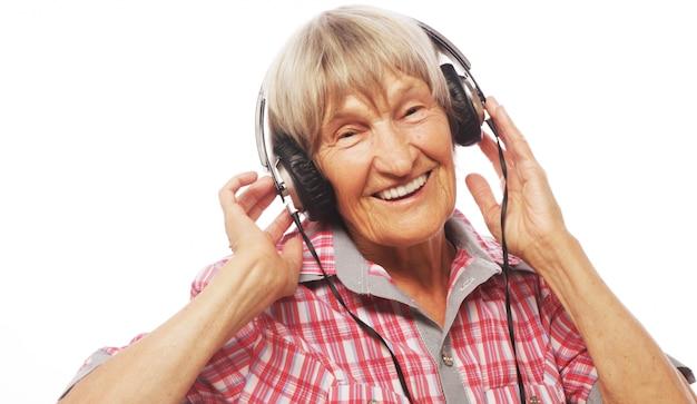 Portret słucha muzyka starsza kobieta