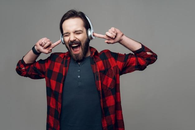Portret słucha muzyka z hełmofonami facet