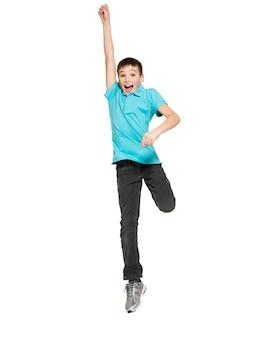 Portret śmiechu happy teen boy skoków z podniesionymi rękami - na białym tle